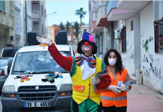 """لكسر ملل """"كورونا"""".. مهرجون يجولون شوارع مرسين التركية (فيديو)"""