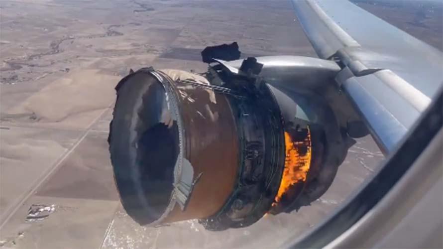 Pesawat United Airlines Terbakar
