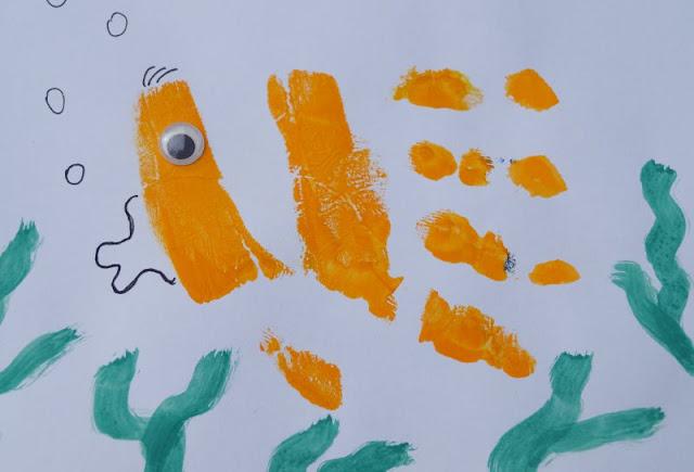 DIY: Mit Wasserfarben Fische aus Handabdrücken zaubern. Handabdrücke machen großen und kleinen Kindern Spaß und sind wunderbare Geschenke oder eignen sich als persönliches Dankeschön! Auf Küstenkidsunterwegs zeige ich Euch, wie Ihr mit Hilfe von Wasserfarben ganz einfach den Handabdruck Eures Kindes nehmt und daraus schnell einen niedlichen Fisch oder ein anderes Meerestier zaubert. Eine ganz einfache DIY-Anleitung mit maritimem Charme! Hier kommt Captain Nemo!