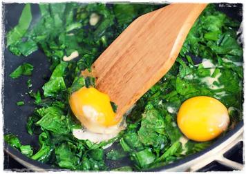 Essa receita de ovos mexidos com espinafre vai dar uma turbinada na sua saúde. Serve como desjejum, lanche rápido ou como acompanhamento para uma refeição mais elaborada, associando os benefícios dos ovos e do espinafre. Além disso, é um prato muito saboroso, sobretudo quando o tempero está conforme o nosso agrado. Nesta receita, mostrarei a minha forma de temperar essa delícia, mas você pode substituir e/ou suprimir temperos ou, ainda, acrescentar outros, de acordo com o seu gosto.