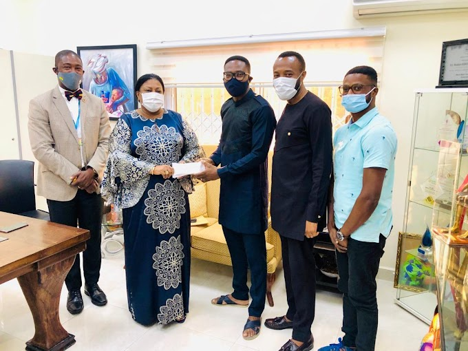 First Lady presents her $20,000 pledge to ailing artist, Emmanuel Apraku (Ray)
