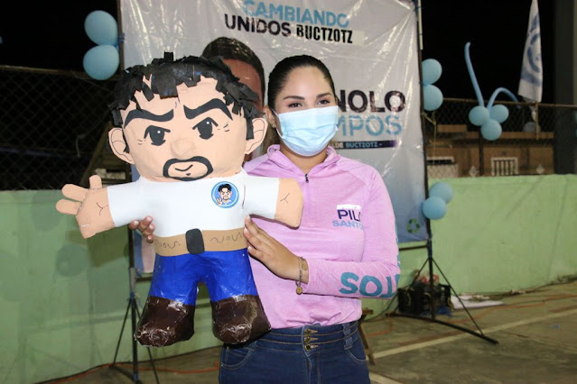 Pili Santos con un muñeco de cartón del candidato del PAN a la presidencia municipal de Buctzotz, Víctor Manuel Campos Baeza