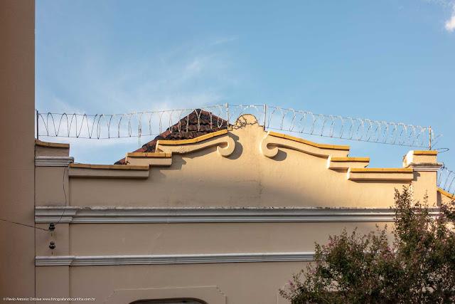 Casa de madeira com fachada em alvenaria na Rua Paula Gomes - detalhe da platibanda