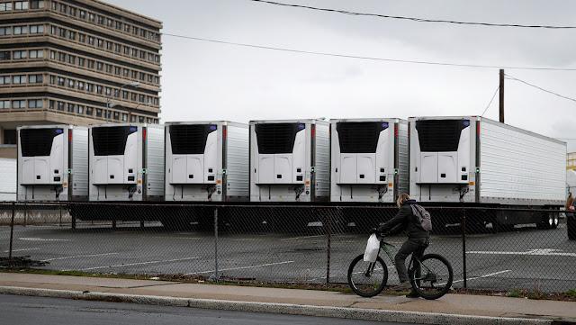 Camiones refrigerados utilizados como morgues durante la pandemia podrán transportar alimentos en EE.UU.