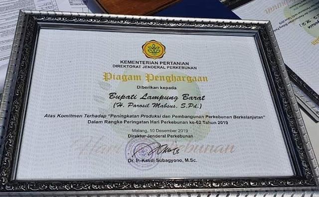 Bupati Parosil Menerima Penghargaan Pembangunan Perkebunan