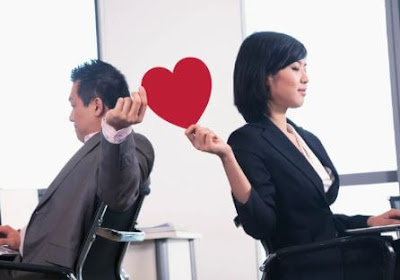 الرومانسيات المكتبية: إيجابيات وسلبيات مواعدة زميل في العمل