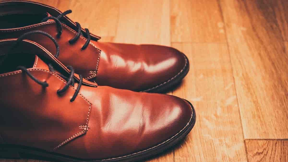 Sapato de couro metálico