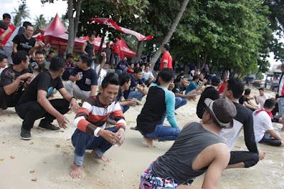 Keceriaan para peserta mengikuti acara fun games dan team building