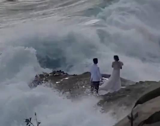 Ambil Foto Prewed di Pantai, Pasangan Ini Hanyut Terbawa Ombak