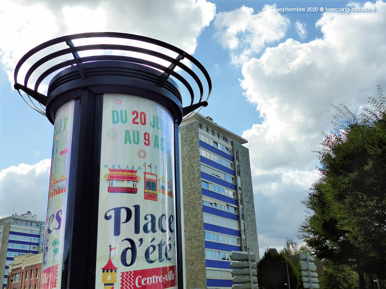 La colonne Morris aux pieds des Résidences Avenue Dron, Tourcoing 2020