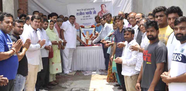 Senior Congress leader and HPCC member Lakhan Kumar Singla celebrates the birth anniversary of Rajiv Gandhi
