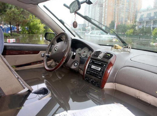 Sulitnya Penanganan Kabin Mobil Yang Terendam Banjir