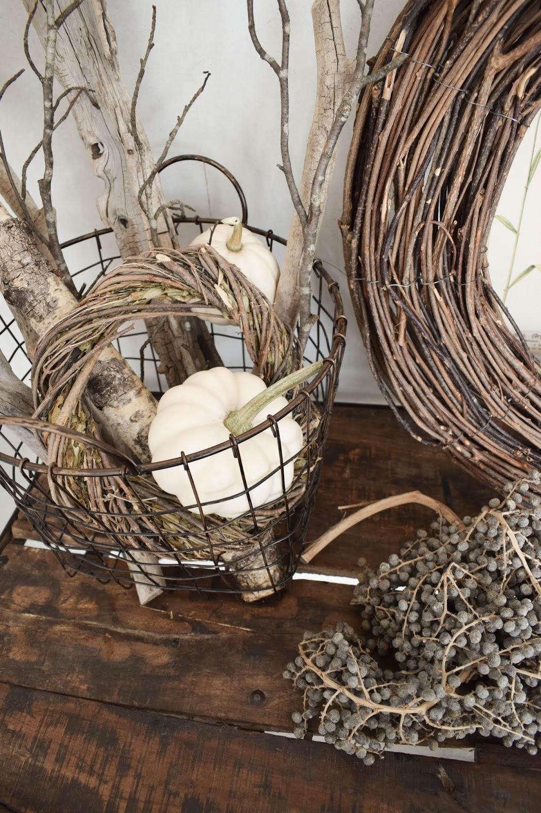 Herbstdeko für Konsole. Deko für den Herbst mit Kübrissen, Kränzen, Holz und botanischen Drucken. Dekoidee. Herbstlich dekorieren Wohnidee Sideboard Kürbis baby booh