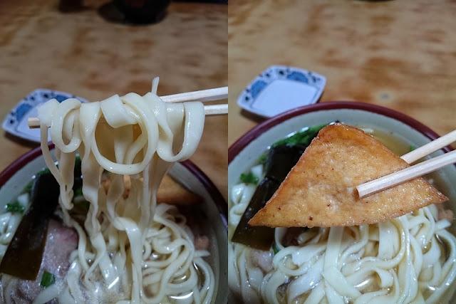 新山ソーキそばの麺と油揚げの写真