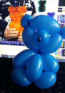 Ballonmodellage eines Bären in Form eines Gummibärchen als Ballondeko.
