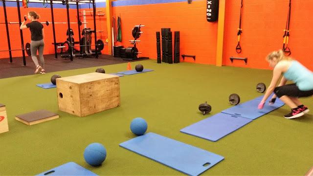 voimapyörä, jumppapallo, laatikot, treenisali, jumppamatto