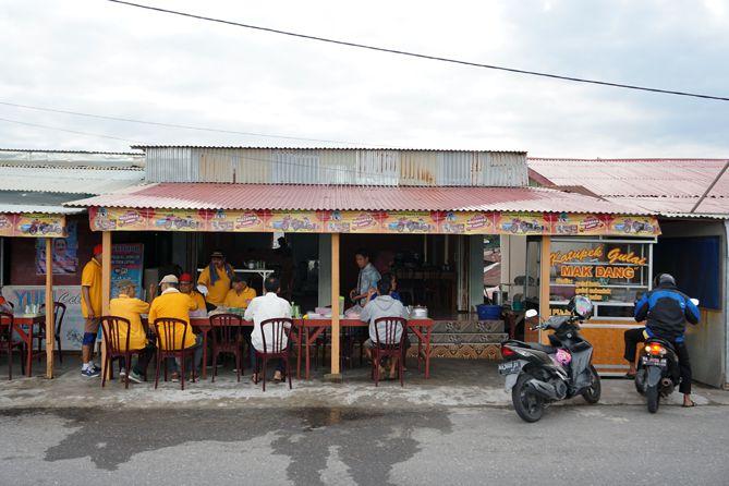 Warung penjual Sala Lauak di area Pantai Padang