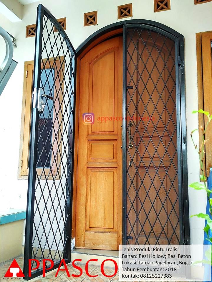 Pintu Teralis Besi Beton Cantik dan Kokoh di Taman Pagelaran Bogor