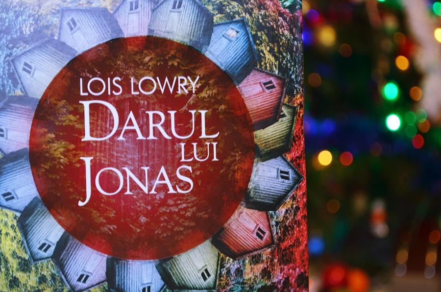 coperta carte darul lui jonas de lois lowry luminite craciun