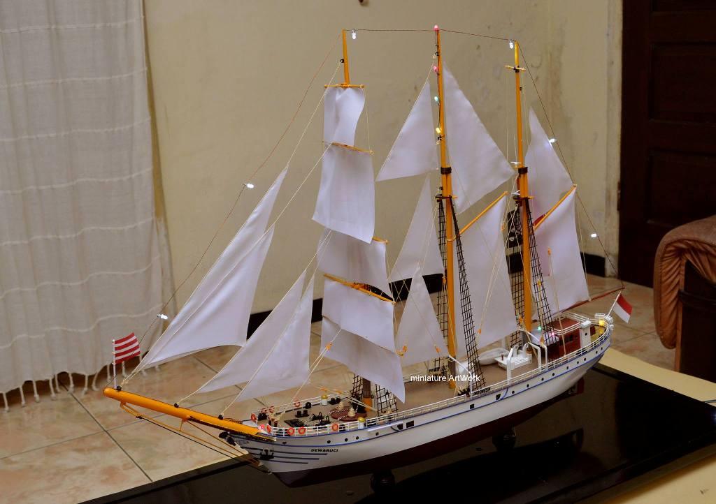 gambar miniatur kapal layar kri dewaruci hd