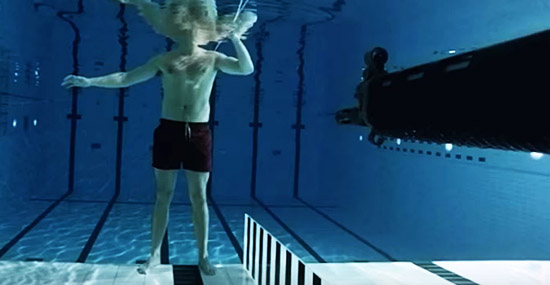 Físico maluco dispara arma debaixo d'água contra seu próprio peito - Capa 2
