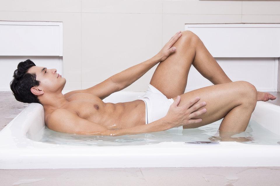 André Andrucci posa para ensaio na banheira da suíte de um motel. Foto: Leonardo Santos