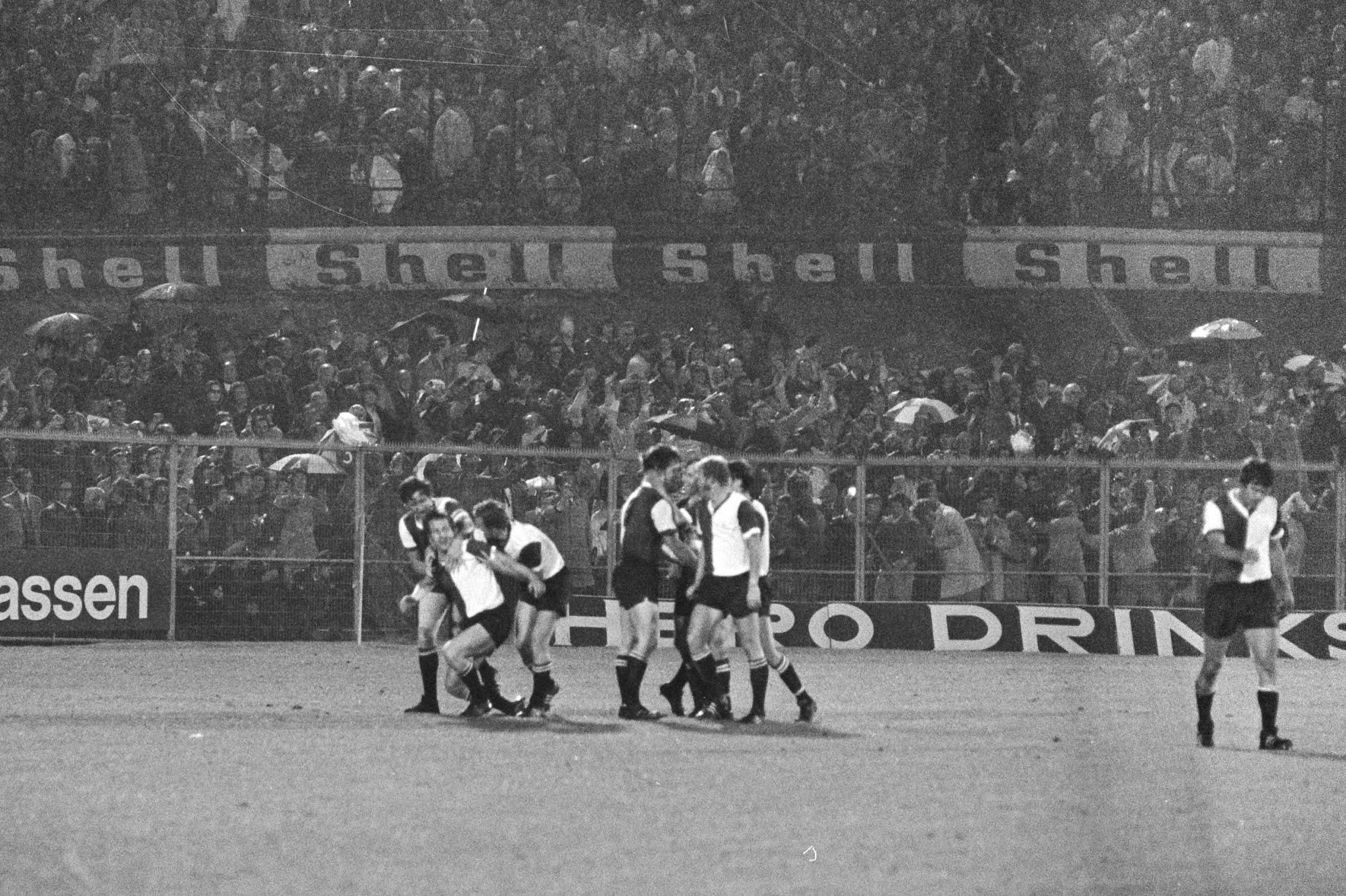 Dick Schneider wordt gefeliciteerd met zijn goal tegen Ajax.