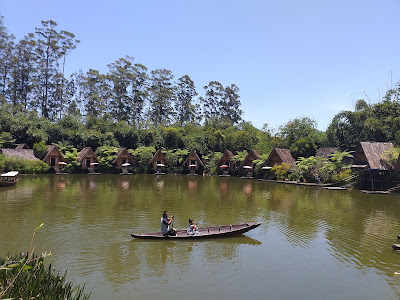 Mendayung Perahu di Dusun Bambu