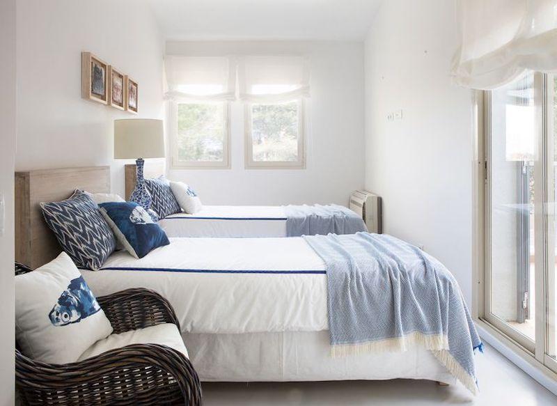 Habitación doble con muebles lacados