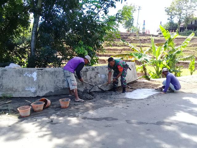 KodimKaranganyar - Bantu Perbaiki Jembatan, Babinsa Bejen Hidupkan Gotong Royong