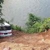 Minibus Nyaris Masuk Sungai