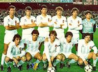 VALENCIA C. F. - Valencia, España - Temporada 1983-84 - Serrat, Ribes, Botubot, Tendillo, Arias y Sempere; Saura, César Ferrando, Roberto, Subirats y García Pitarch - F. C. BARCELONA 0, VALENCIA C. F. 0 - 17/03/1984 - Liga de 1ª División, jornada 28 - Barcelona, Nou Camp - El Valencia se clasificó 12º en la Liga, con los míticos medios Paquito y Roberto de entrenadores