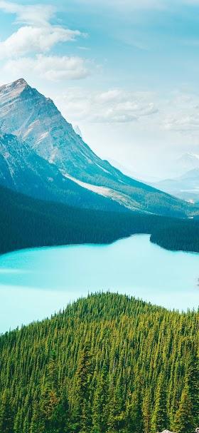 خلفية البحيرة الزرقاء في احضان الطبيعة والجبال