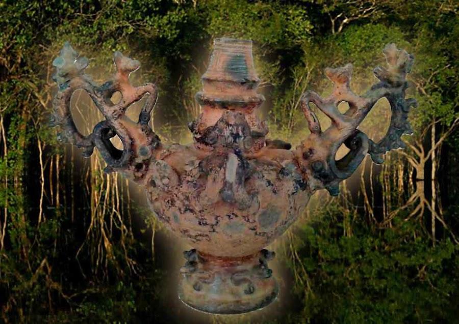Vaso de gargalo recuperado em Santarém. Fundo floresta tropical húmida amazônica
