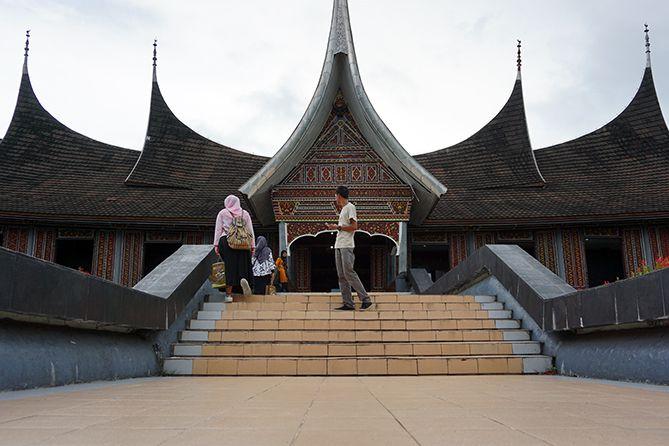 Foto di anak tangga Museum Adityawarman