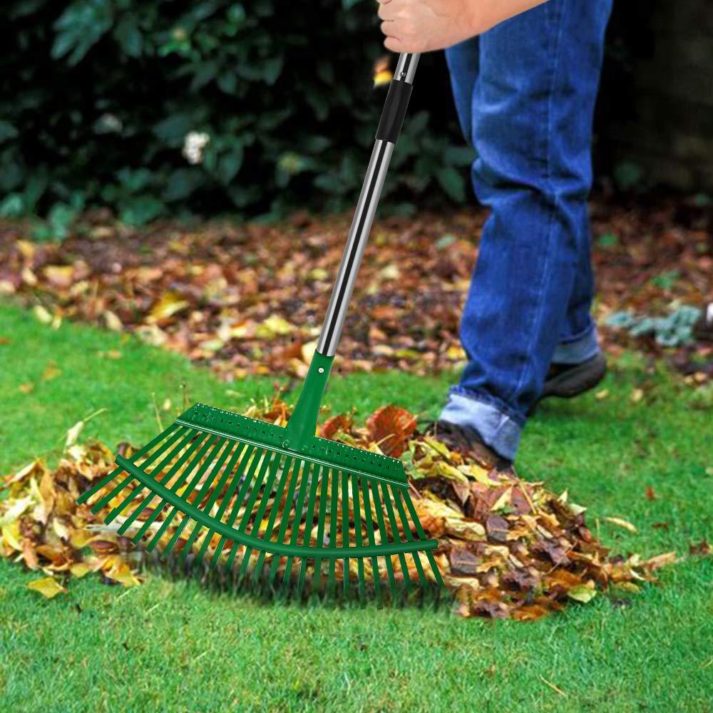 Rastrillando hojas de otoño en el jardín con un rastrillo de metal
