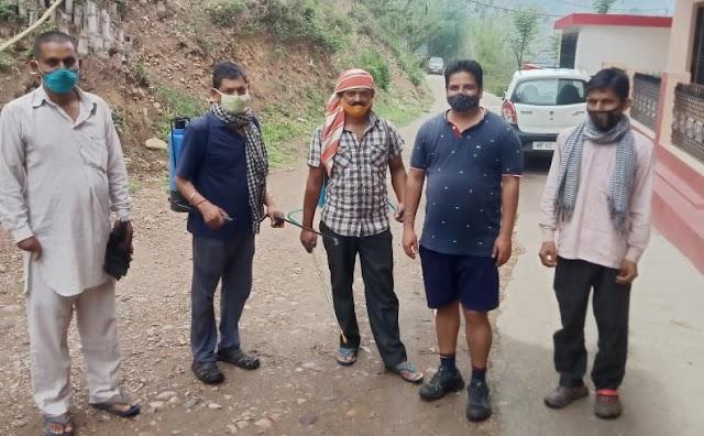 सलोनी रोपड़ी पंचायत वार्ड नंबर 4 खनसरा वार्डपंच सुशील कुमार उर्फ बिल्ला ने गांव के सहयोग से हर घर को किया सैनिटाइज