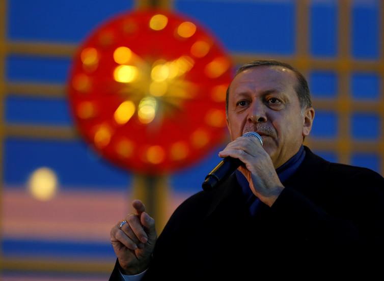 Ο Πρόεδρος Ερντογάν μιλάει στους υποστηρικτές του στο Προεδρικό Μέγαρο μία ημέρα μετά το δημοψήφισμα.