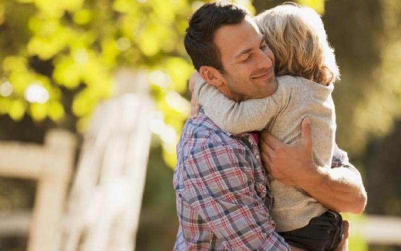Los abrazos son vitales para los niños