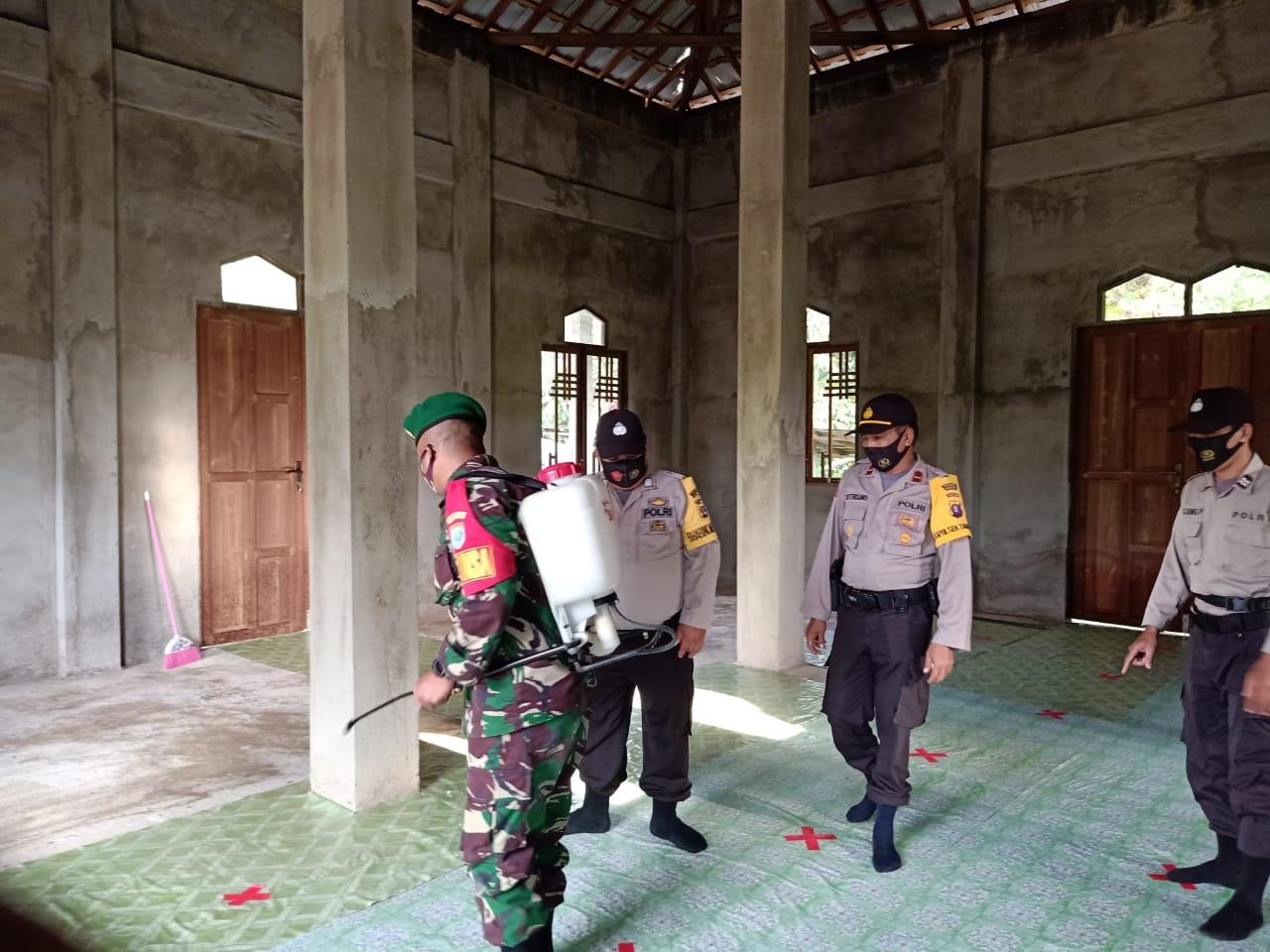 Menghindari Penyebaran Virus  Covid-19 Polsek Tanah Siang dan TNI Semprotkan Cairan Disinfektan di Tempat-tempat Ibadah