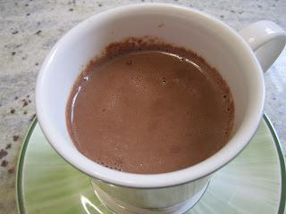 chocolat chaud onctueux avec 2 ingrédients dans une tasse