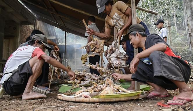 Tradisi Nyewu Watulawang, Cara Memanggang Ayamnya Kok Gitu?