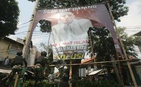 Foto-Video Prajurit TNI Turunkan Baliho HRS di Petamburan