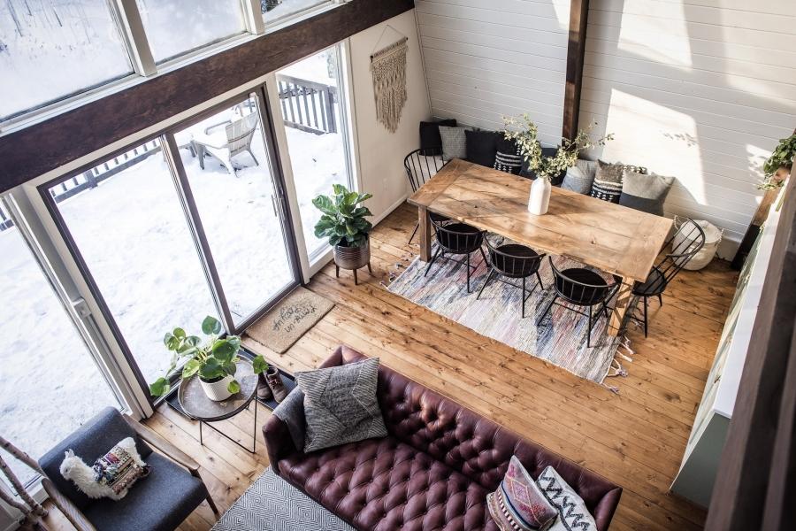 Skandynawski dom z elementami boho - wystrój wnętrz, wnętrza, urządzanie mieszkania, dom, home decor, dekoracje, aranżacje, minty inspirations, styl skandynawski, naturalne drewno, drewniana podłoga, boho, scandinavian style, otwarta przestrzeń, drewniane belki, jadalnia, stary drewniany stół, makrama, salon, pokój dzienny