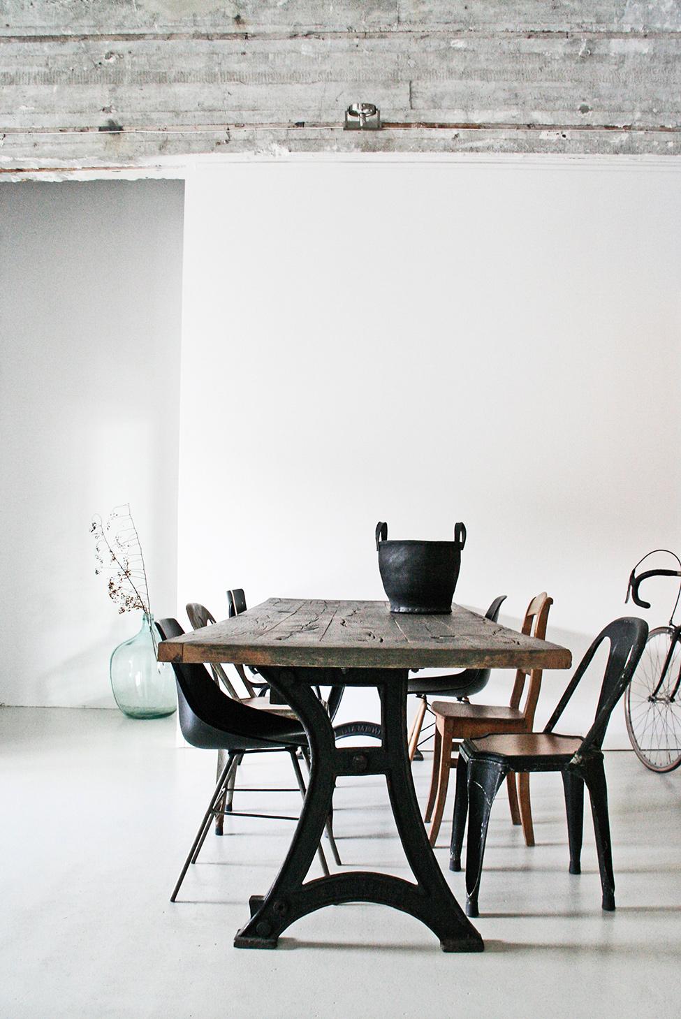 Mesa de madera y hierro en un loft industrial