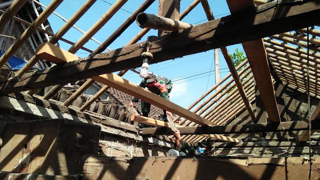 Babinsa Koramil12/Manisrenggo Renovasi Rumah di Nangsri