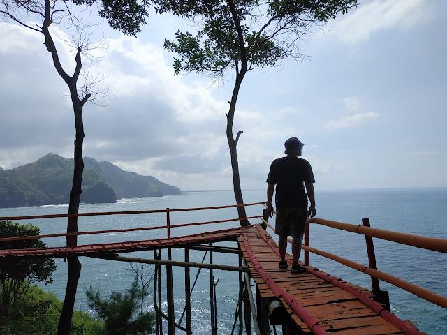 spot foto jembatan di pantai lampon kebumen