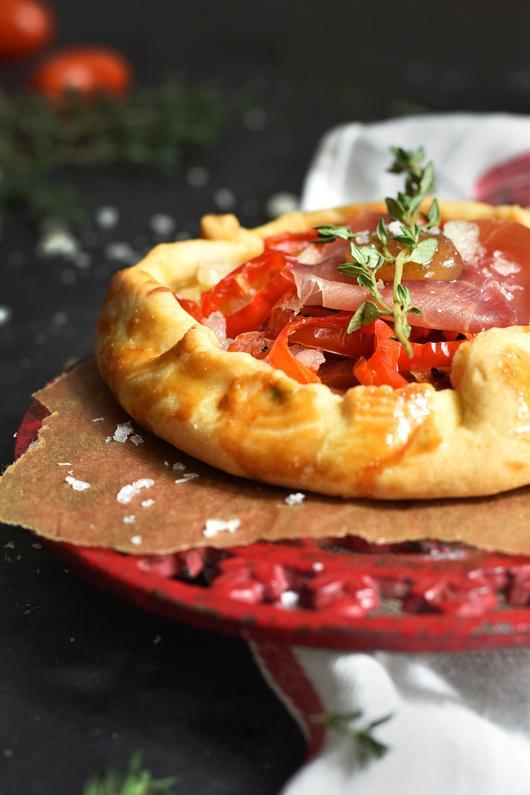 Tarte Rustique mit Tomaten, Serrano Schinken & Manchego Käse
