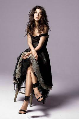 Marisa Tomei - Bibi May Cantik dan Seksi di Film Spider Man Homecoming duduk manis di kursi