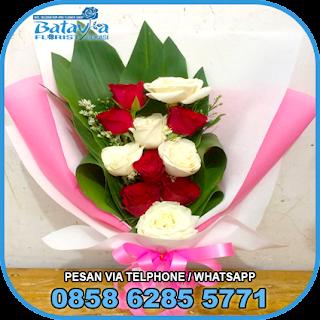 toko-bunga-tangan-bekasi-karangan-bunga-tangan-hand-bouquet-buket-wisuda-pengantin-pernikahan-mawar-matahari-di-bekasi-09